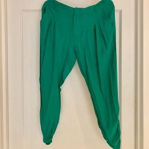 Silk cropped pleated pants.